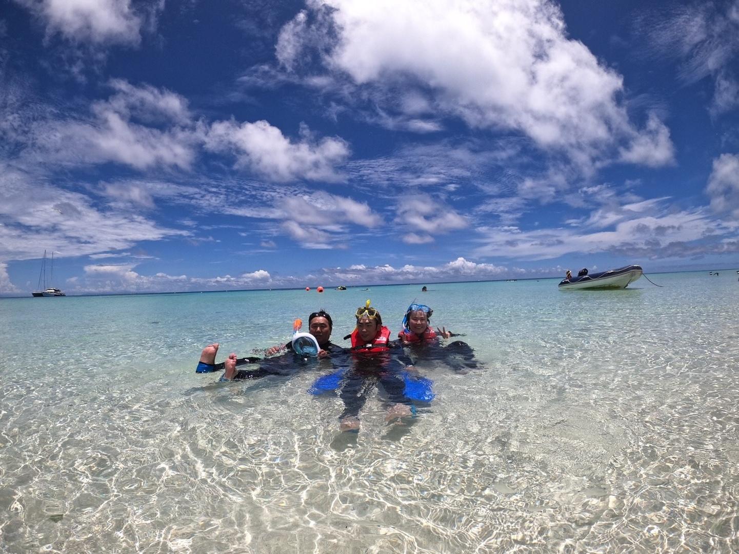 とっても綺麗な無人島、ミコマスケイ。 海岸から歩いて海に入るとすぐに熱帯魚に遭遇できました。シュノーケリングをしてるとあっという間にグレートバリアリーフ、壮大なサンゴ礁の上で、時間を忘れて魚と一緒に泳いでました。 島には海鳥がたくさんいるので鳥が苦手な人は怖いかも? 船での食事も充実してて、朝の軽食、昼食、帰りのシャンパン、おつまみなど全て付いていたのでお得だと思います。