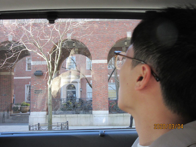 私達2人と、もう1組のご夫婦4人での観光でした。朝、ホテルまで迎えに来てくれたので安心でした。ホテル出たところから車に乗るのも良かった。日本人のガイドさんが運転しながら、要所要所で車を停めて丁寧に解説してくれました。個人的に周るとかなり時間もかかりそうな内容ですが、車の中なので暖かく安心して観光できました。説明もわかりやすく、お昼は付いていないので、終わってから食べるところをアドバイスしてもらおうか?と思っていたら、良さそうなお店を2件教えてくださり、1時間のランチタイムという事で食べて戻ると車で待っていてくれました。エンパイアステートビルディングにも行きたかったのですが、直接チケットを買うよりも あっとニューヨークさんから購入した方がお得です。その場にチケットも持っていらしたので、購入できラッキーでした。 若くて優しい方が担当だったので とても良かったです。2020年3月4日に参加させて頂きました。もう1組のご夫婦は1日観光なので、私たちが途中で降ろしてもらった後も引き続き乗っていかれました。セントラル・パークに行きたいとお伝えすると、タイムズスクエアの近くで降ろしてもらえたので、迷わず行けました。初めてのニューヨークだったので色々と見れてとても良かったです。自由の女神もブルックリンブリッジもたくさん写真におさめました。 とても良い思い出になりました。