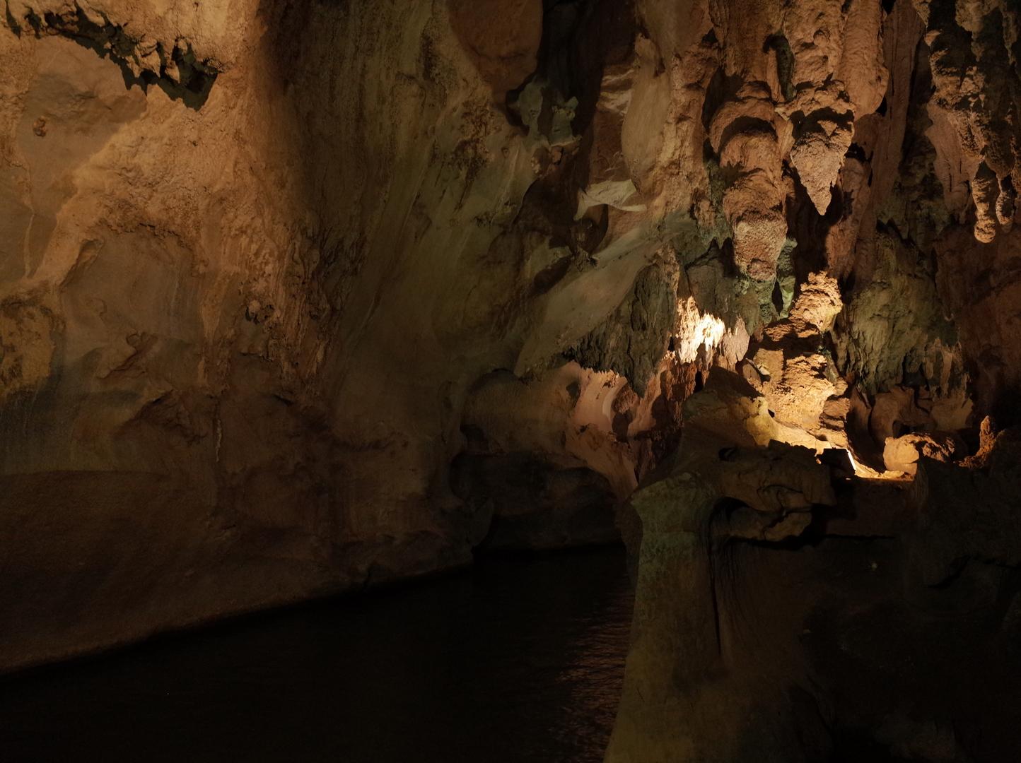 初キューバの1人旅でした。  ピニャーレスメインで葉巻工場にも行くだけだと思ってたら、かなり色々なところを回りました。洞窟好きなので洞窟がすごいよかったです。  全く私は気付かなかったのですが、ツアーで友達になったギリシャ人女性が、ツアー終了後に「ちょっとセールスっぽすぎたかな!(笑)」みたいなことを言ってました。たしかに葉巻工場での葉巻・コーヒー・ハチミツ、売店のピニャコラーダなど買えとは言われないもののすごいお勧めされました。買うときは自分で考えた方がいいと思います。ただ、葉巻に関しては本当にハバナで買うより安かったと思います。 他の移動にも私はツアー会社のバスを使ったりしてたのですが、そのときも休憩所のドリンクオススメされたので、キューバではそれが当たり前なのかもしれません。観光業で稼いでる国でしょうからそんなもんなのかも。「こんなのもあるよーおすすめ!」みたいな感じで、押し売りはされないので安心してください。  じっくり見て回ることはできませんが、1日で色んなところを回れるので日程が詰まってる人にはいいと思います。  英語でちゃんと説明してくれますが、キューバ人の人柄なのか、日本よりも同意を求めるというかしっかりこっちを見て話して反応を見ようとするので、英語もちょっと…て感じだと気まずくなるかもしれません(笑)