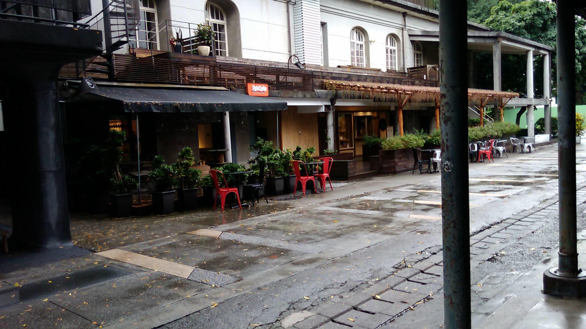 台北でも繁華な華山1914文創園区も、コロナウイルスと雨のせいで静まり返っていました。有名な鼎泰豊の小籠包のフルコースは、贅を尽くしたもので、その多様性は満足できるものでした。九分では、思いもかけず「阿妹茶樓」で300NTと高価な茶芸を体験しましたが、煩瑣な作業と、多様で微細な茶器は、私の心に強く残りました。