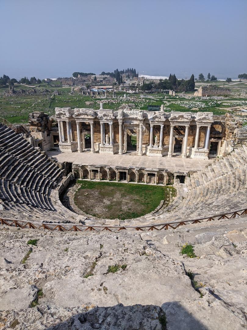 パムッカレ=石灰棚 のイメージでしたが、古代ローマ円形劇場から見るヒエラポリスの景色は壮観でした👍 また入場ゲートから円形劇場の道のりは広大な草原に真っ赤なポピーが咲きとても美しかったです🏵️(ガイドさんは「ポピー」と言ってましたが「アネモネ」っぽいお花でした笑) そしてメイン、真っ白な石灰棚✨ 石ころで足の裏が痛いです💨歩きやすいツルツルのところは滑りやすいそうなのでご注意を。 時期によって水の多さは異なるそうですが、ステキな写真が撮れました😉 観光は少し歩くので1番楽しかったのは「クレオパトラプール」(別途料金)でした💕 クレオパトラも入浴したと伝わる古代ローマの温泉はプール(温泉)の中に古代遺跡がゴロゴロ転がっていて上から見てもステキです。 炭酸泉で温かく楽しい温泉♨はオススメです。ロッカー・シャワー完備ですので、タオルと水着のみご持参ください😊 お昼ごはんはバイキングで美味しかったです🍴 「カッパドキアシンフォニー」(別途料金)というワインも美味しいそうです🍷 最後に国内線のオンラインチェックインは日本語で出来るのでご安心ください(不安だったのは私だけかしら笑) パムッカレツアーオススメです👍