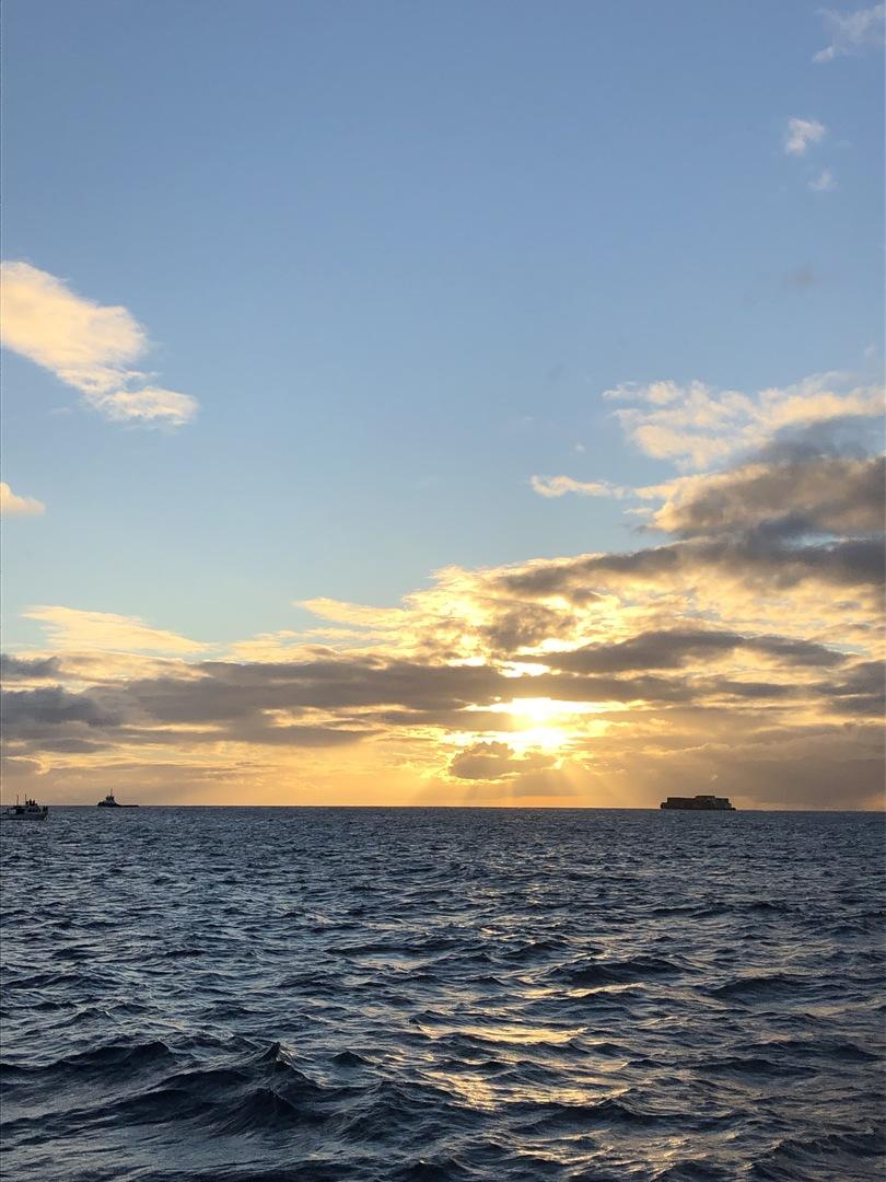 気軽に、短時間で参加できるのに海からのワイキキ・ダイヤモンドヘッド・海・夕暮れのすべてのしっかり満喫できる素晴らしいツアーです。船酔いしやすい体質で少々不安でしたが気持ち悪い揺れは全くなかったので気になりませんでした。眺めはもう最高です。きれいな海の上で、一面澄み切った空でこんなにすがすがしく気持ちいいのは生まれて初めての感覚でした。 そして何よりマシューさんをはじめスタッフの方のホスピタリティが素晴らしい。テンション高く盛り上げてくれてツアーをより思い出深いものにしてくれました。感謝しかありません。 クジラも見れて大大満足でした。カップルも、ファミリーも、友達同士でも、参加者みんな笑顔でした。本当に参加してよかったです。どうもありがとうございました。また参加したいと思えるツアーです。