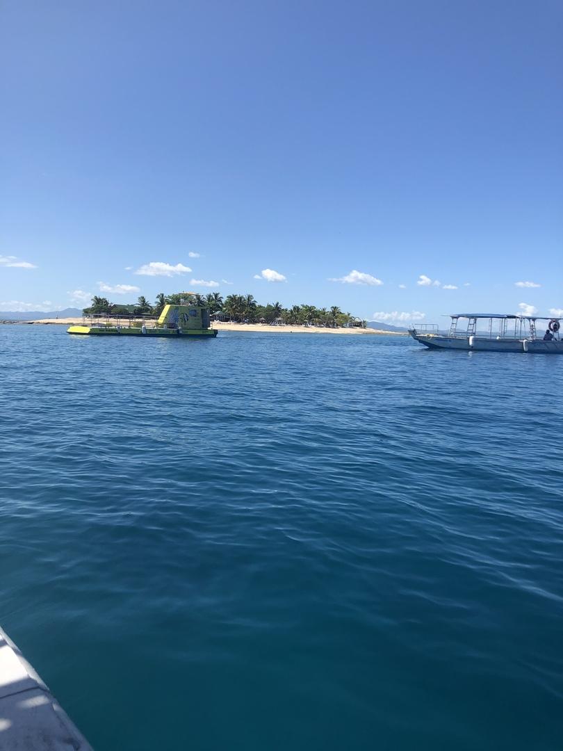 半日のコースで参加しました。日本語の看板があったので、半日でも2つくらいはアクティビティできるかな、と思っていたら、最初の潜水艦で時間を取られまくり(フィジー特有のフィジータイムです^ ^)シュノーケルする時間はなく、海で泳ぐのも思ったよりできませんでした。小さいけどデラナウから近いし素敵な島なので、1日にしても良かったかなと思いました。日本人はいませんでしたが、1人で来てる外国の方もいて少しほっとしました。ロッカーなどはありません。