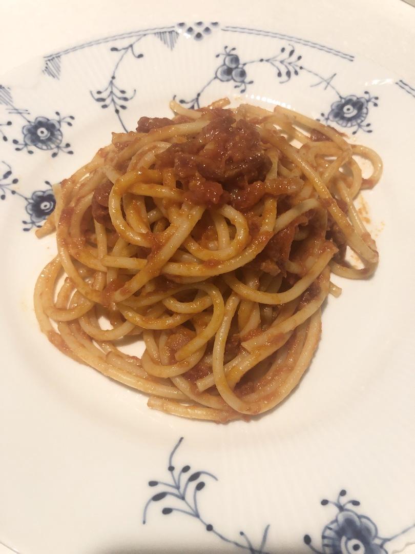 簡単ですごく美味しかったです! グアンチャーレの代わりにパンチェッタを使いました。 トマトソースはイタリアのものを使い、チーズはペコリーノ。 最高に美味しくてローマを思い出し、とても幸せな時間でした。 ありがとうございました! また参加させてください。