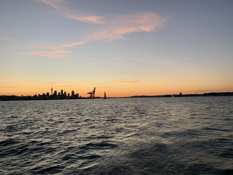 当日は天気も良く、綺麗な夕日夜景を楽しめました。スタッフの方も色々な説明をしてくださり、あっという間の2時間半でした。