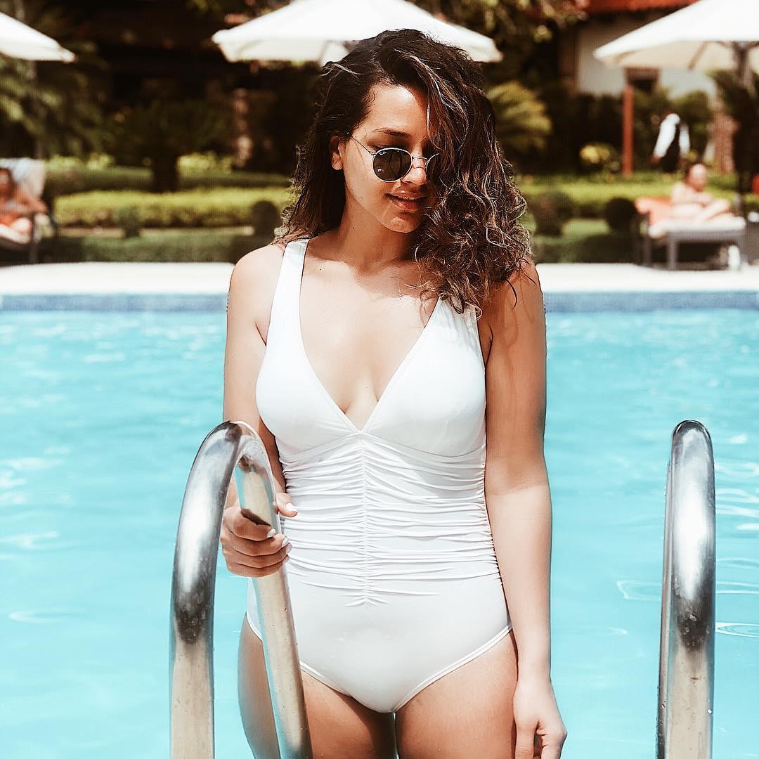 213372d834e Dicen los que saben que si se publica una foto en la piscina las vacaciones  llegan