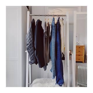 (EN below) 一直都很想試試看膠囊衣櫥,所以去年去倫敦10天參加好朋友的婚禮時,就趁機只帶了2件外套、2件上衣、2件褲子,再加2件洋裝。  結果,算是成功了😌 每天都看起來OK得體,但也不是沒有點驚險。也就是說,某天天氣超級好,我打算用走的逛完300英畝的皇家植物園邱園 (Kew Gardens)。走著走著,竟開始滴雨?不到5分鐘,就變成了傾盆大雨!而我剛好卡在中間什麼雨傘都沒有,只能盡量找大樹下走(感謝大樹)然後持續往最近的屋子衝。結果那間屋子剛好不供參觀正關著,屋簷又特別淺。我那天就躲在那個淺...